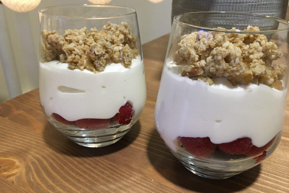 Yogur griego con cereales, nueces y frutos rojos