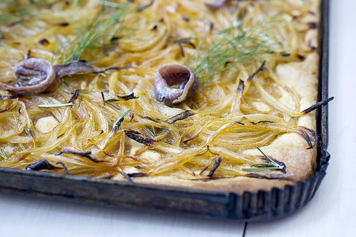 Coca de cebolla y romero con anchoas