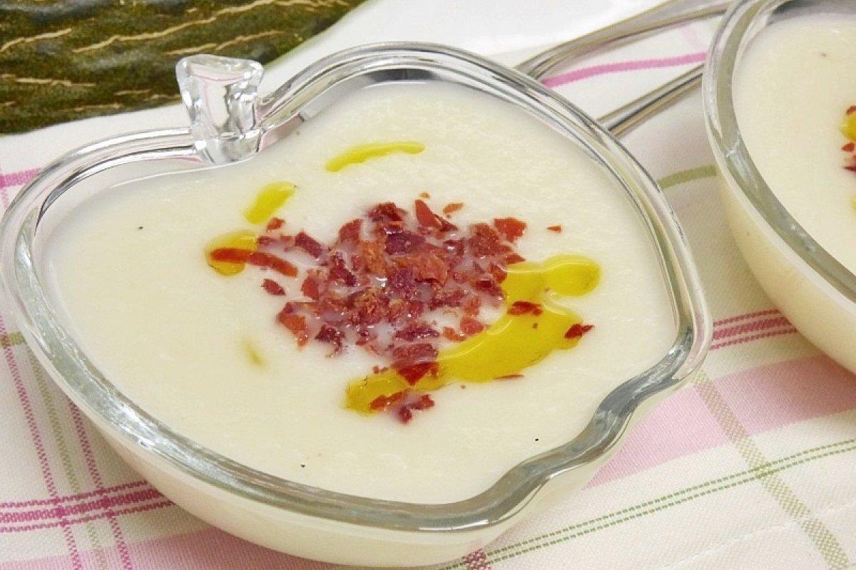 Sopa fría de melón y yogur con crujiente de jamón