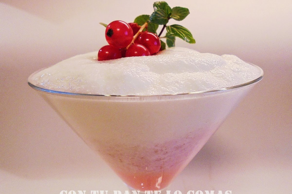 Espuma de yogur y grosellas