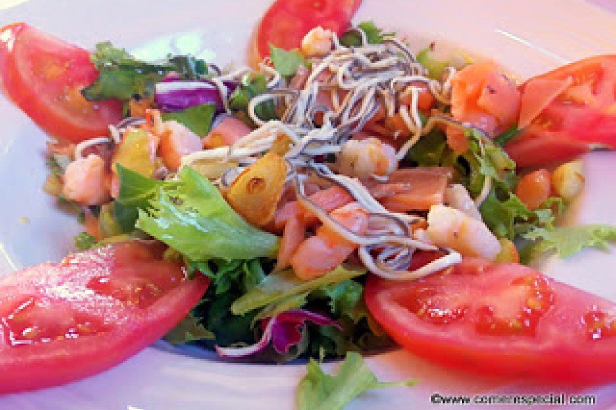 Ensalada tibia de salmón con gulas y gambas