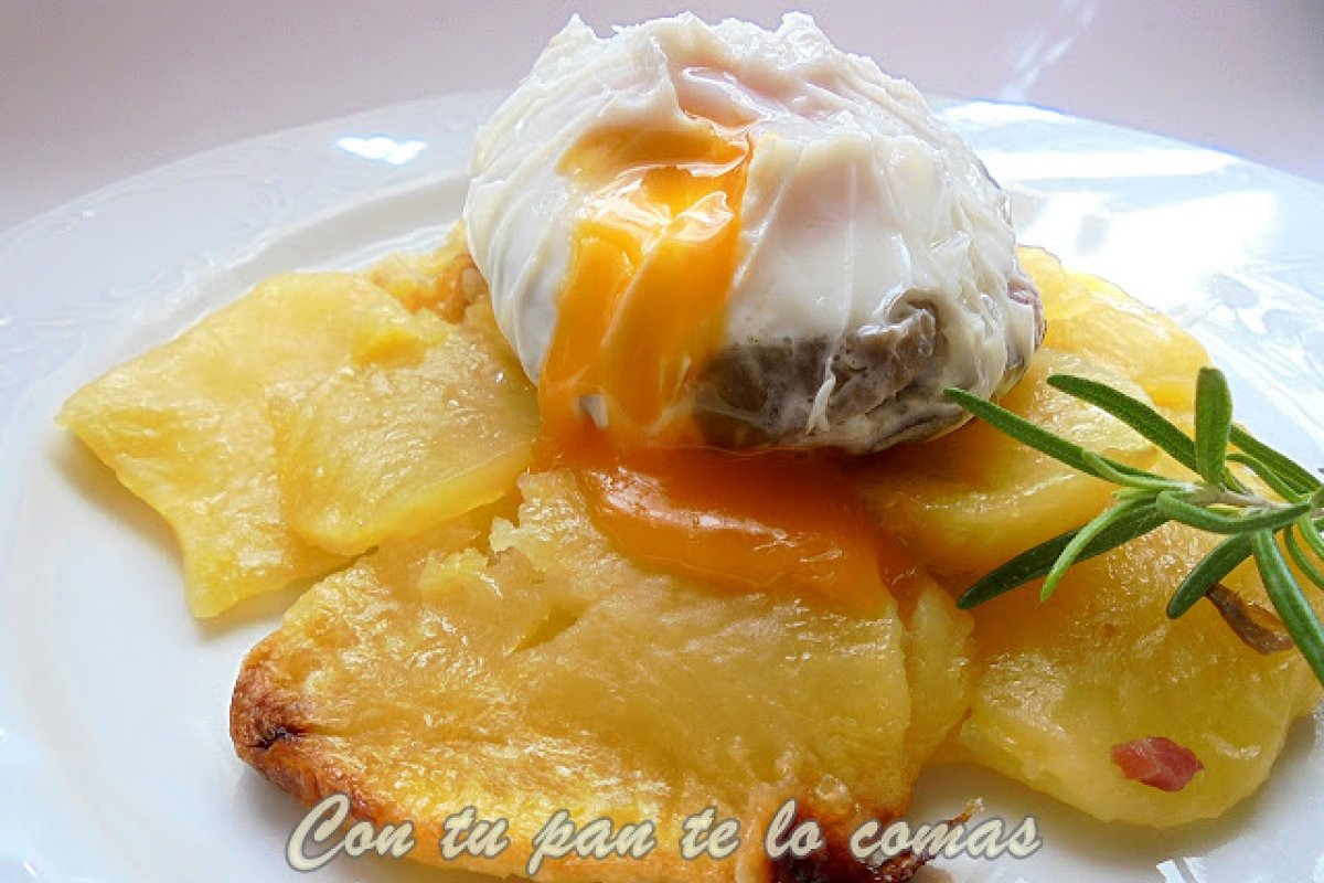 Huevos poché con setas y jamón