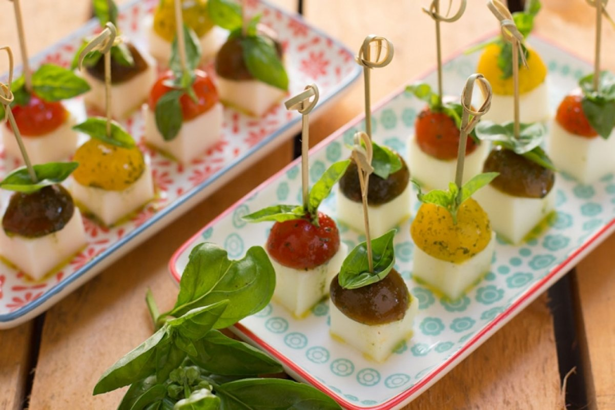 Pincho de queso blanco, tomates cherry y albahaca