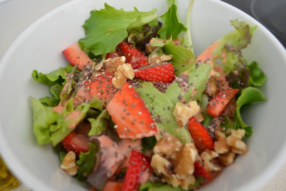 Ensalada de brotes tiernos con vinagreta de fresas.