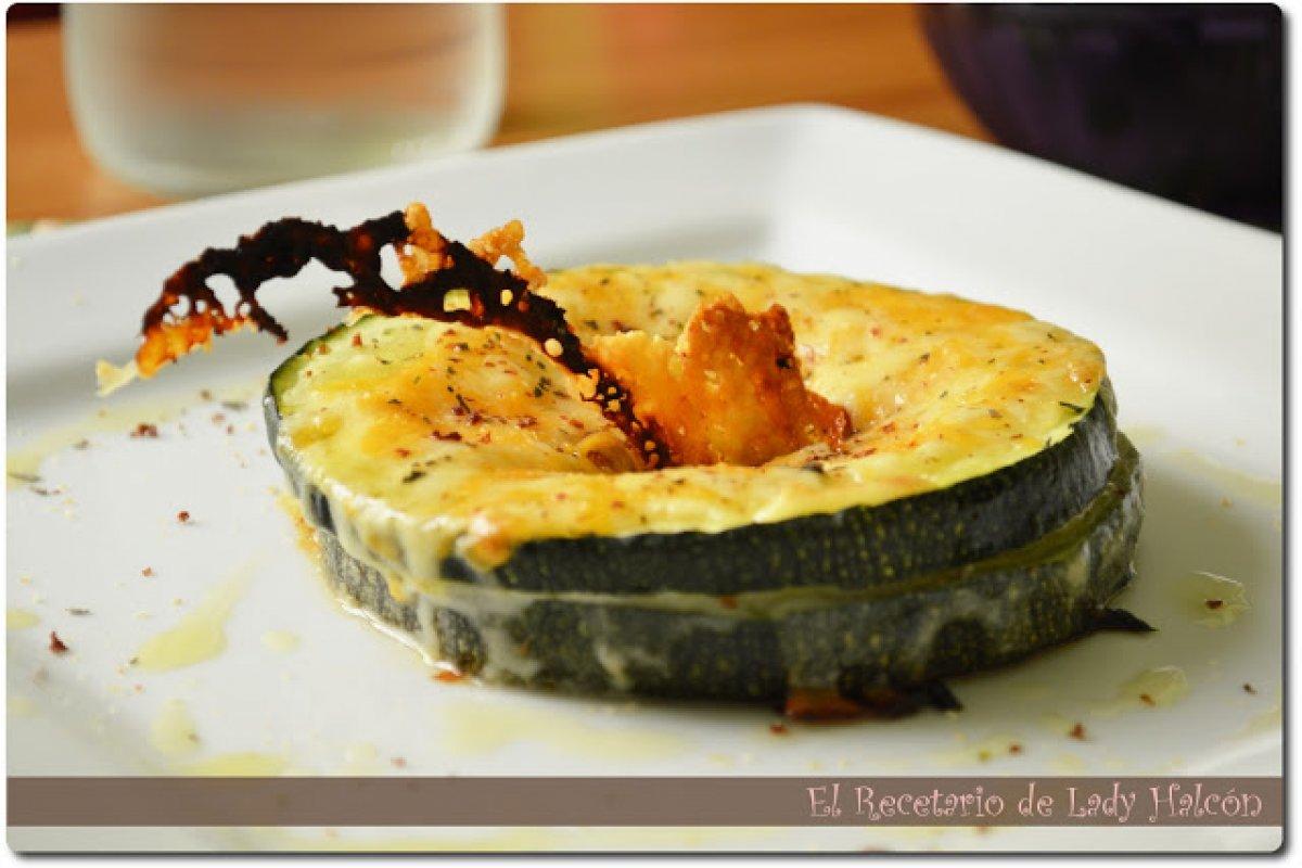 Sandwich de calabacín al horno relleno de champiñones, jamón de york y queso
