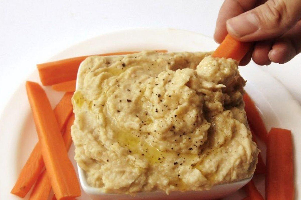 Hummus con cebolla caramelizada