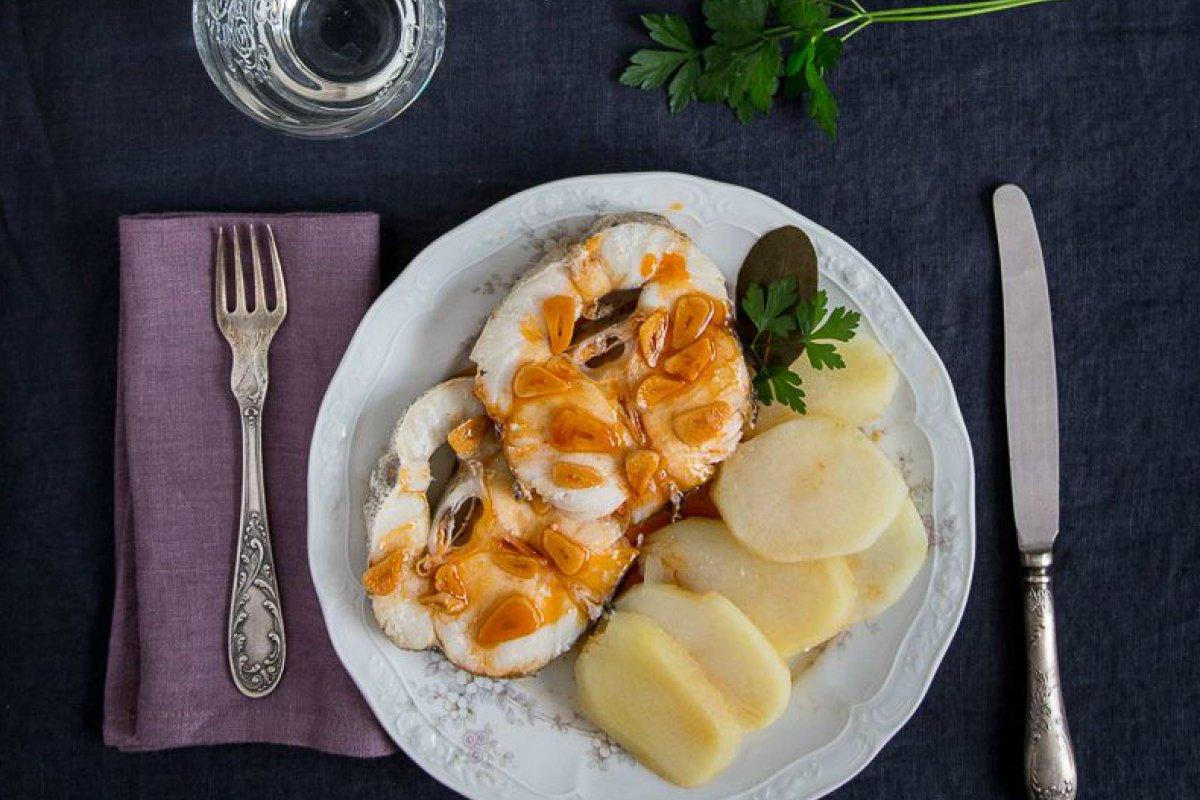 Merluza a la gallega con patatas acompañada de ajada al gusto