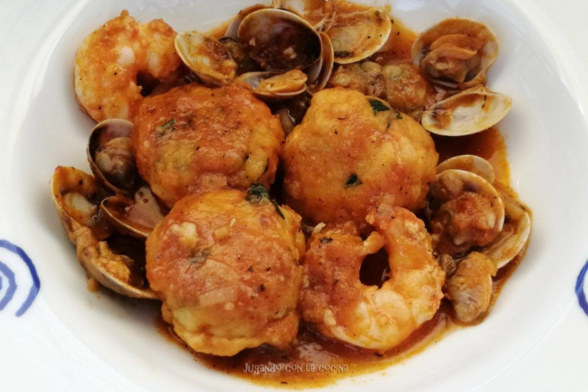 Albóndigas de merluza y gambas con frutos del mar