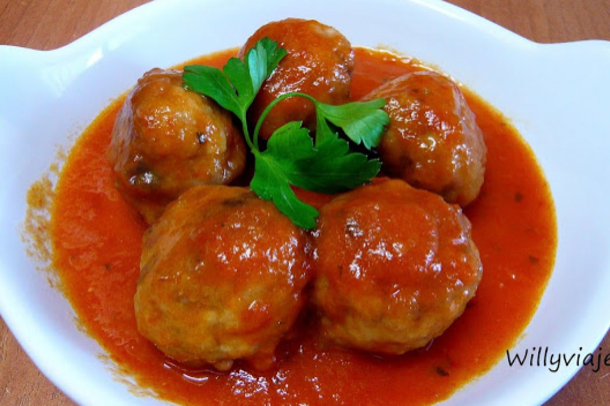 Albóndigas de setas y pollo con tomate