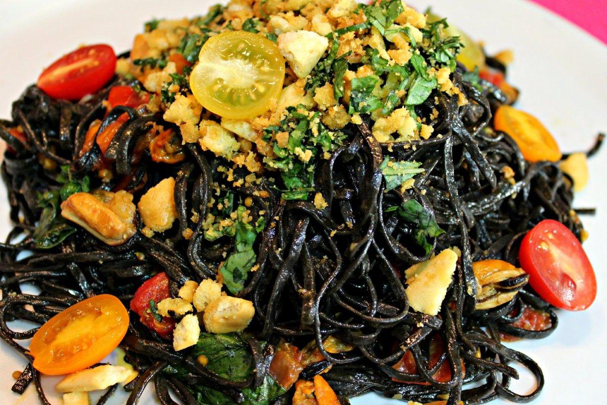 Tagliatelle al nero di seppia, con tomates cherry y mejillones en escabeche