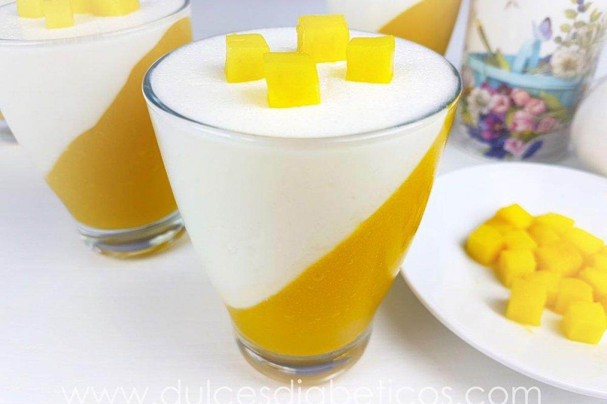 Postre de mango y yogur sin azúcar en vasitos
