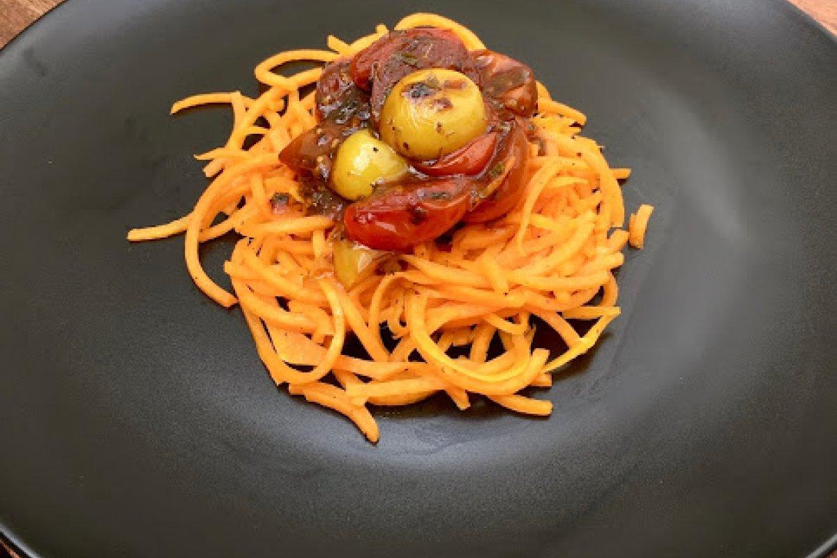 Espaguetis de calabaza con tomates cherry en reducción de salsa de soja