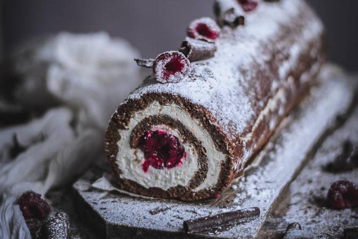 Rollo de chocolate y almendra con mascarpone y frambuesas
