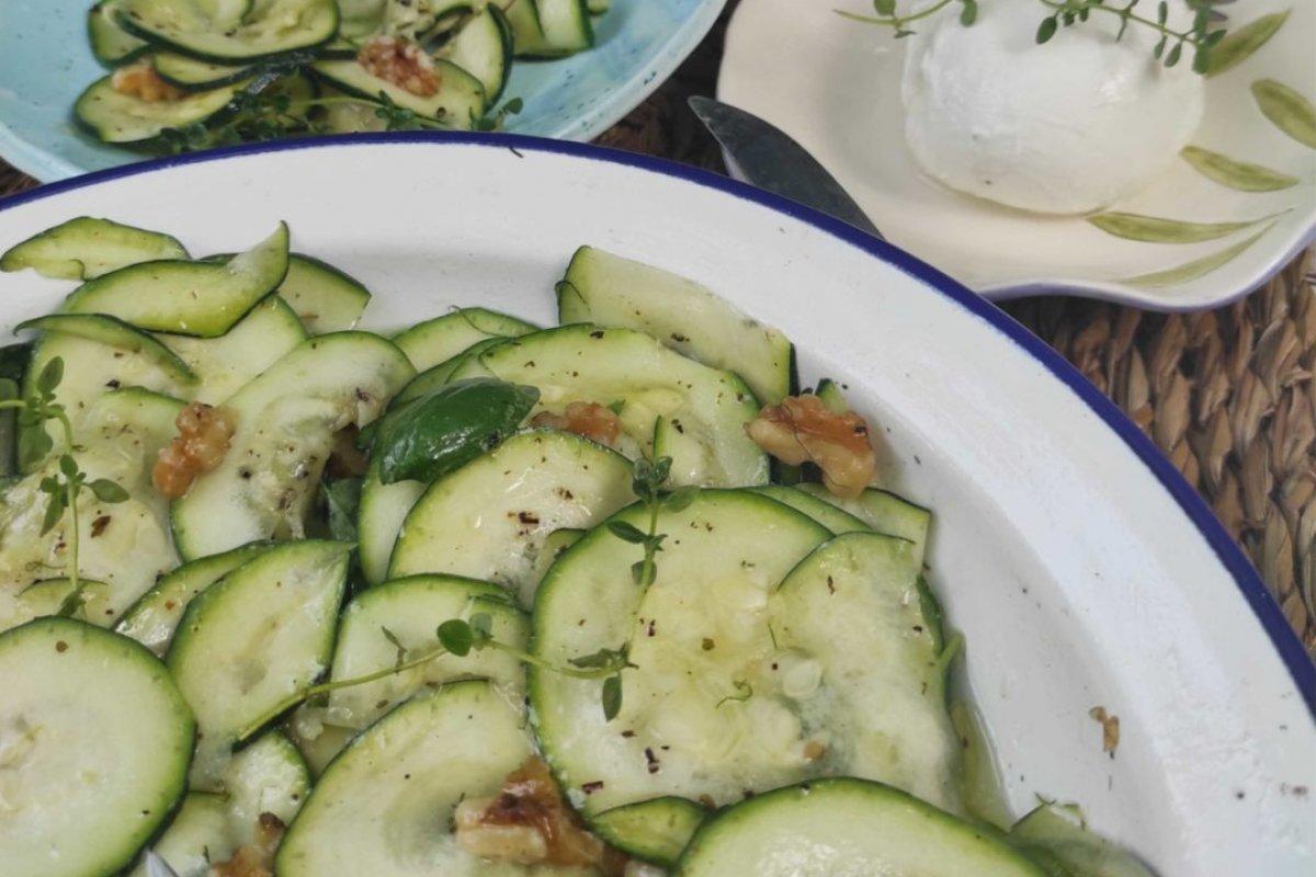 Ensalada de calabacín con nueces y aceite infusionado con tomillo