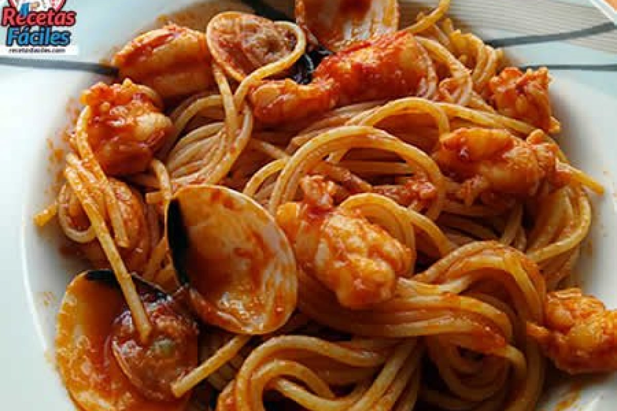 Espaguetis marineros con gambas y almejas