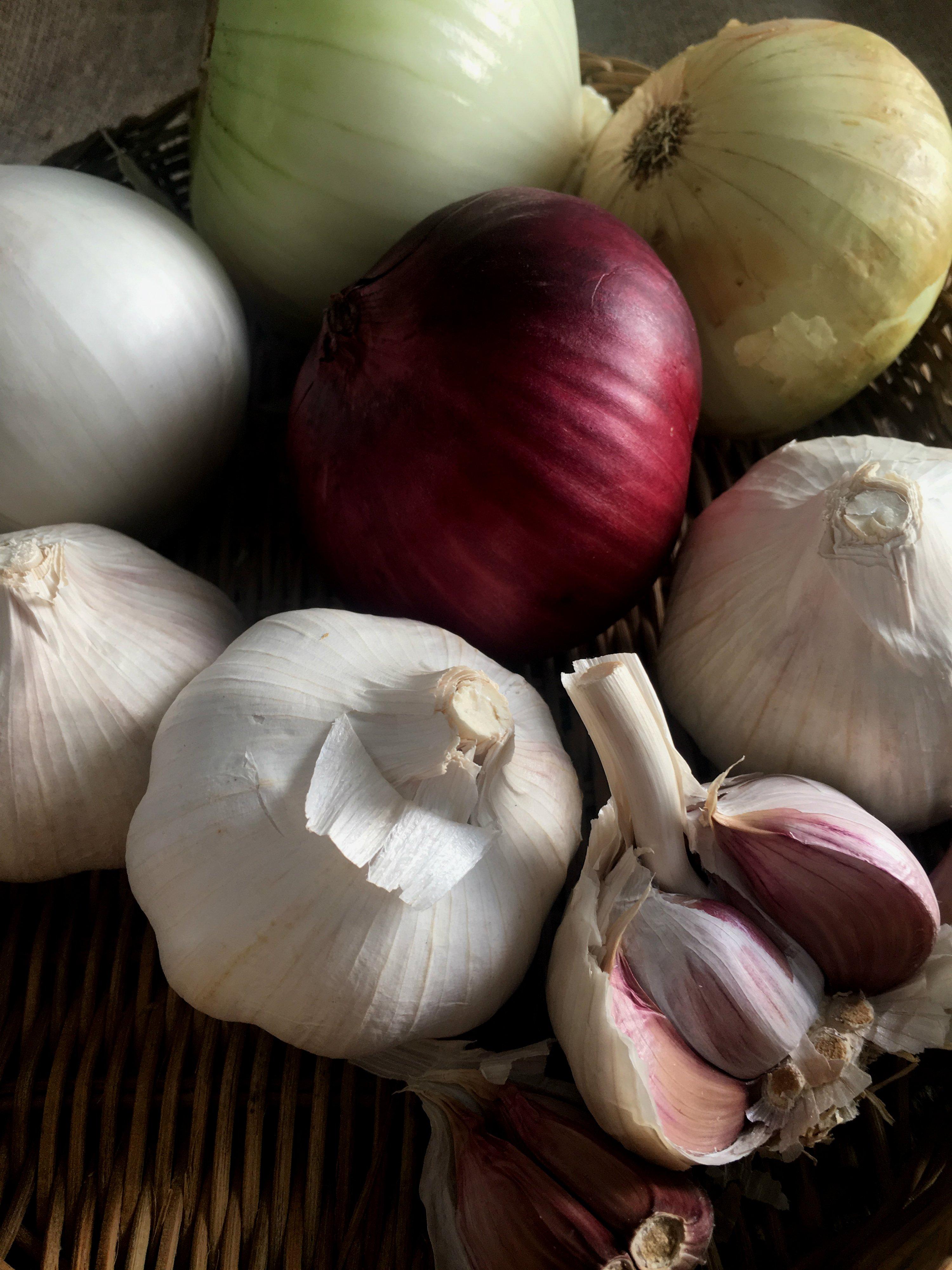 Consejos para no llorar al pelar cebollas y que el ajo no repita