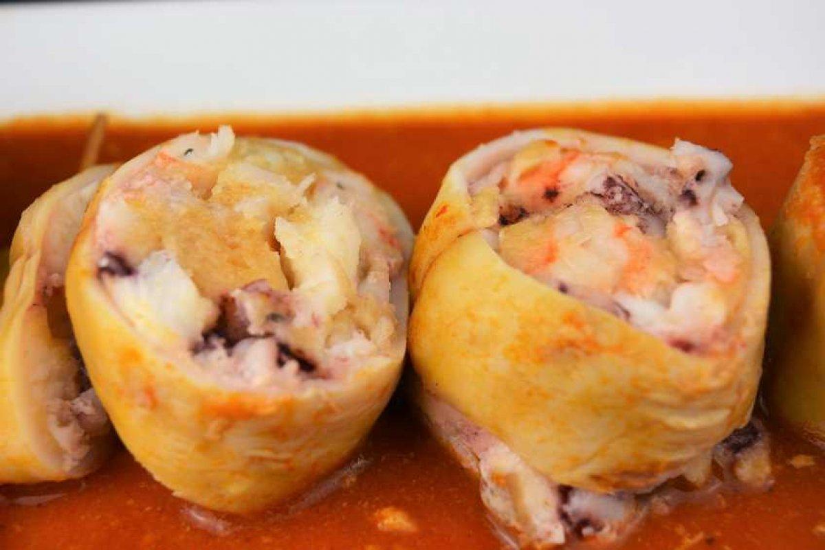 Calamares rellenos de rape y langostinos con salsa americana