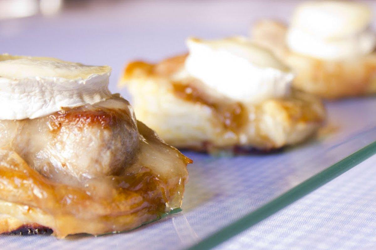 Solomillo de cerdo con cebolla caramelizada y queso de cabra