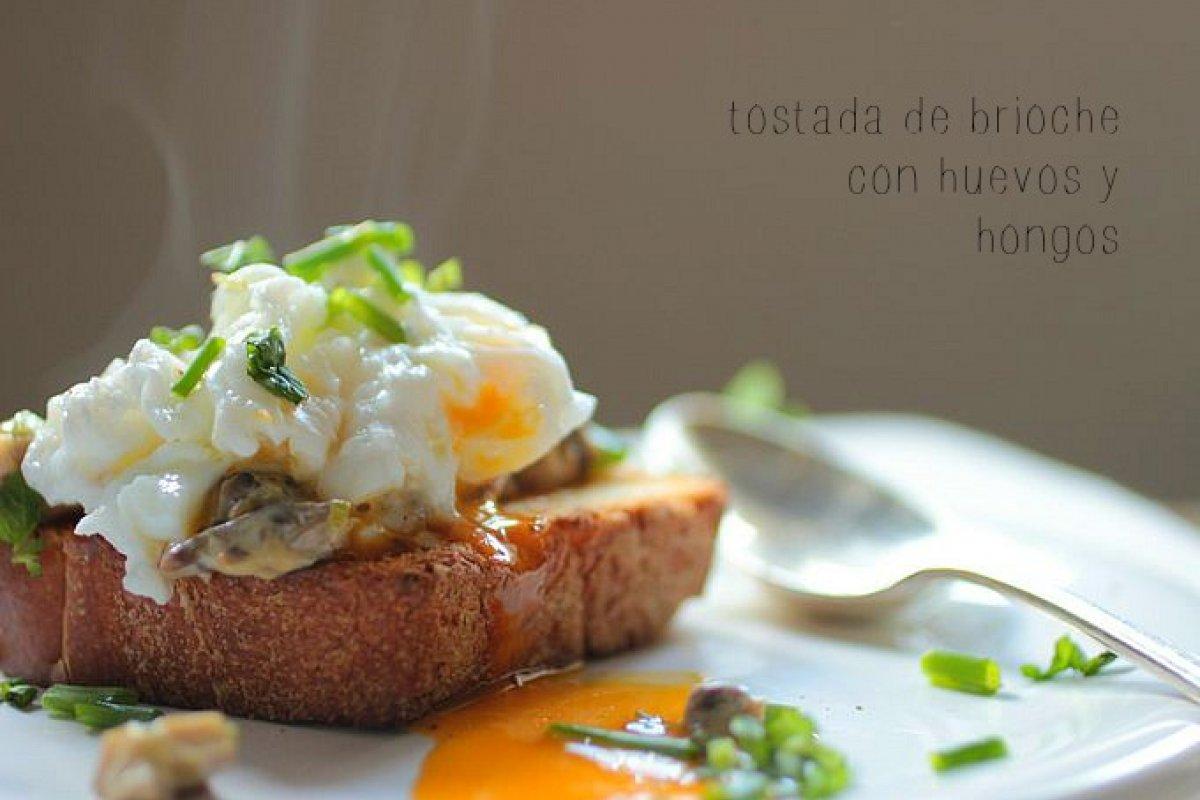 Tostada de brioche con hongos cremosos y huevo poche