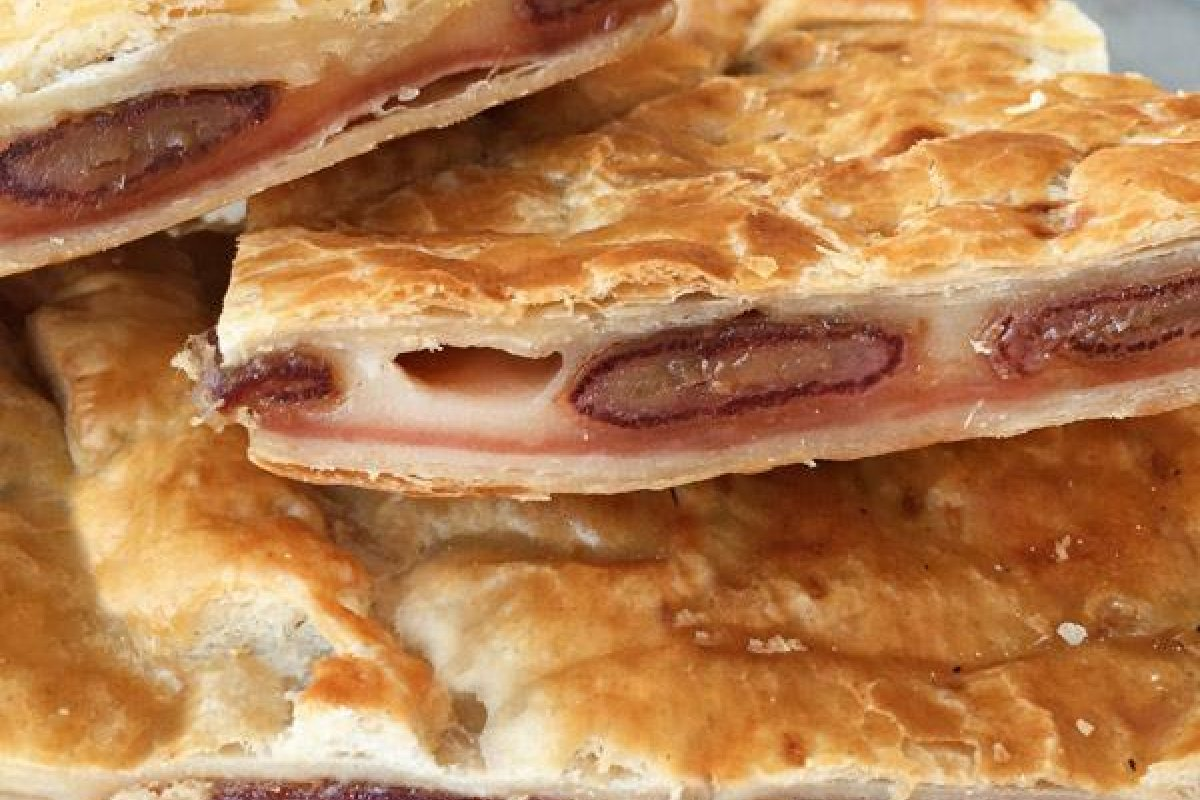 Empanada de dátiles, jamón y queso
