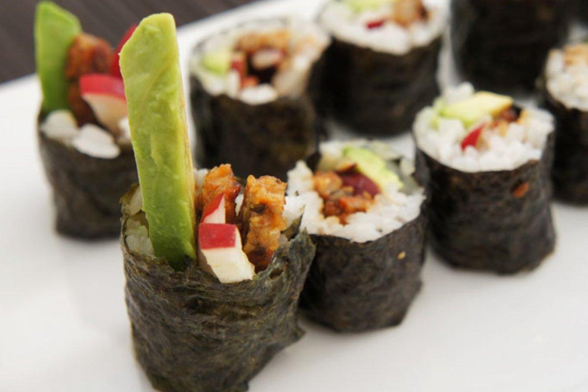 Maki sushi vegetariano de seitán