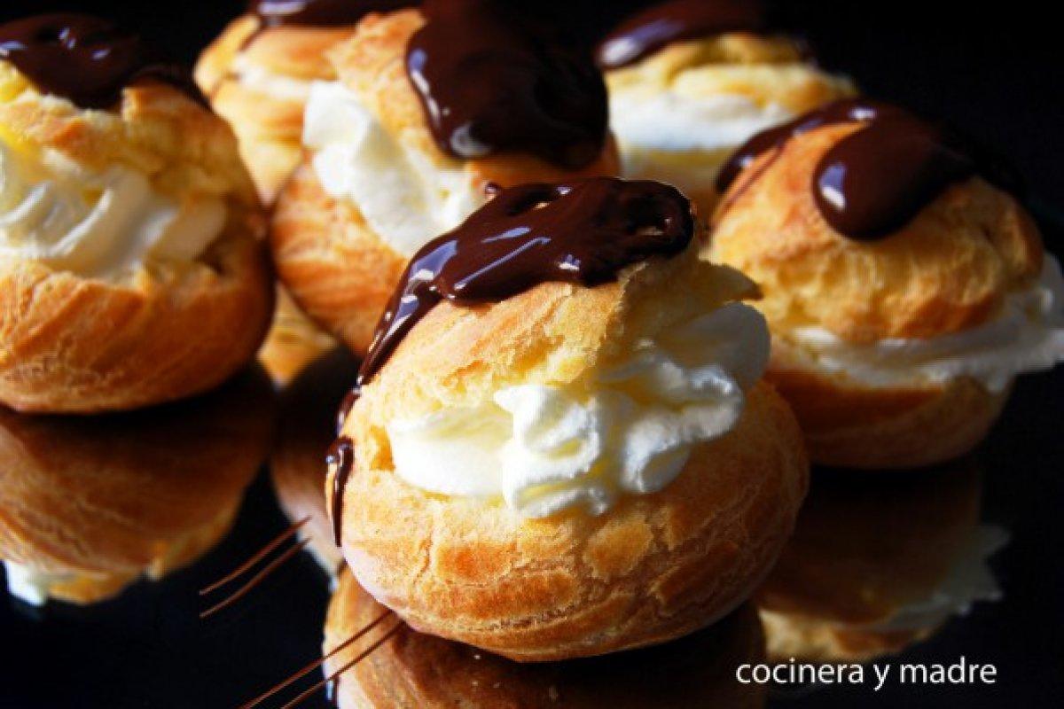 Profiteroles caseros de nata y chocolate