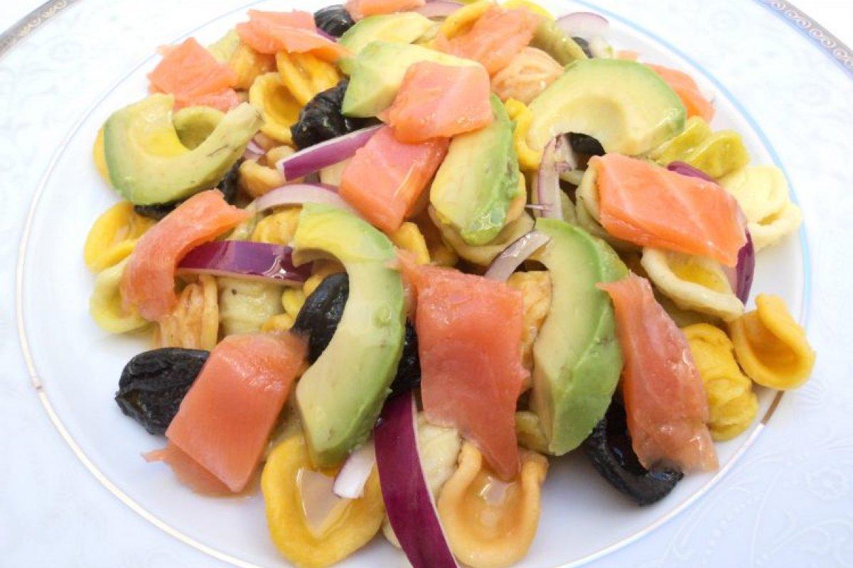 Ensalada de pasta, aguacate y salmón