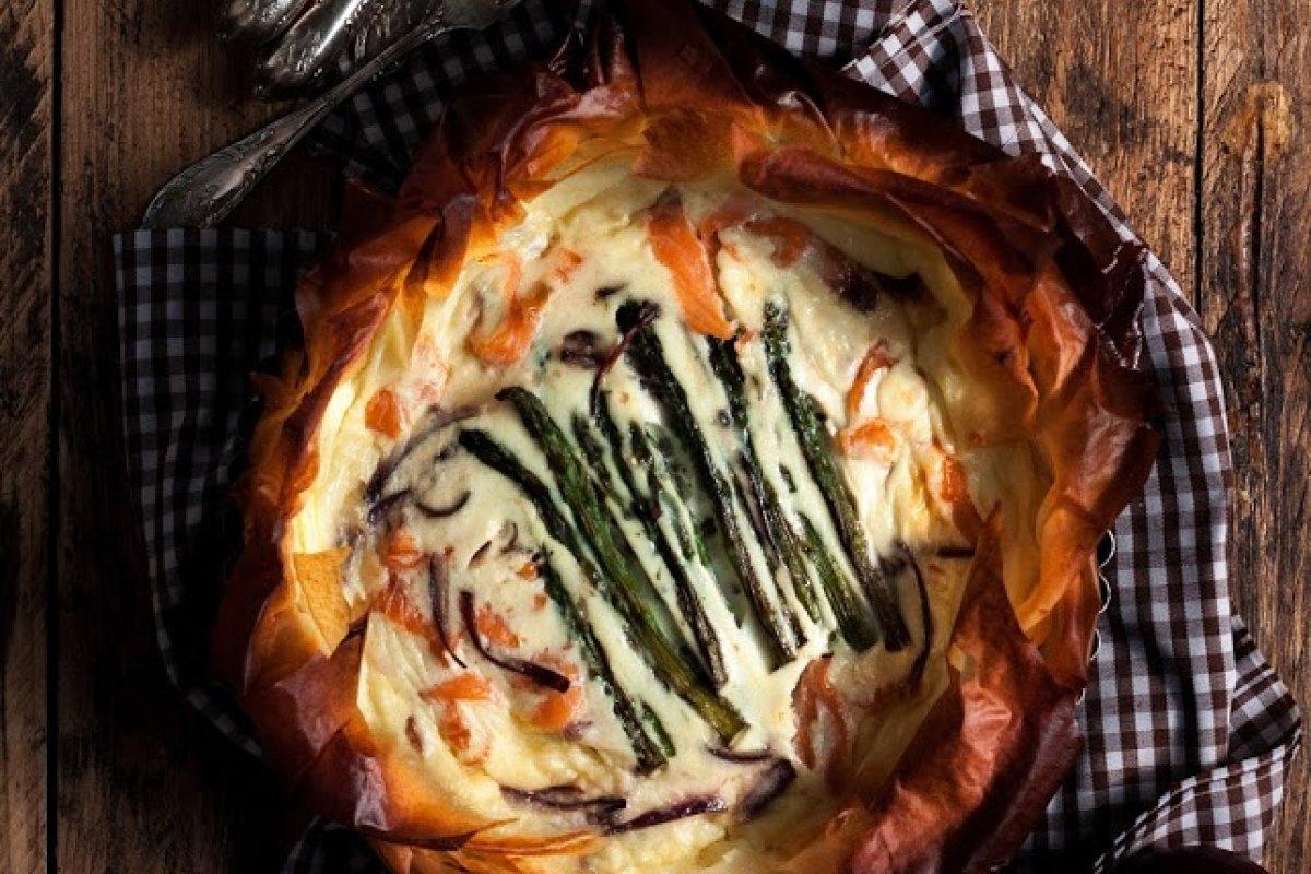 Pastel de salmón, esparragos trigueros y cebolla roja