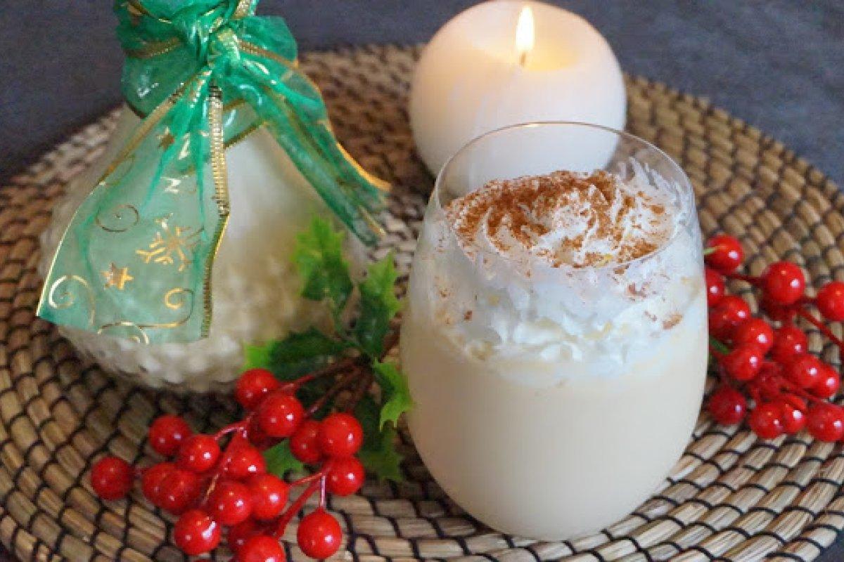Ponche de huevo navideño
