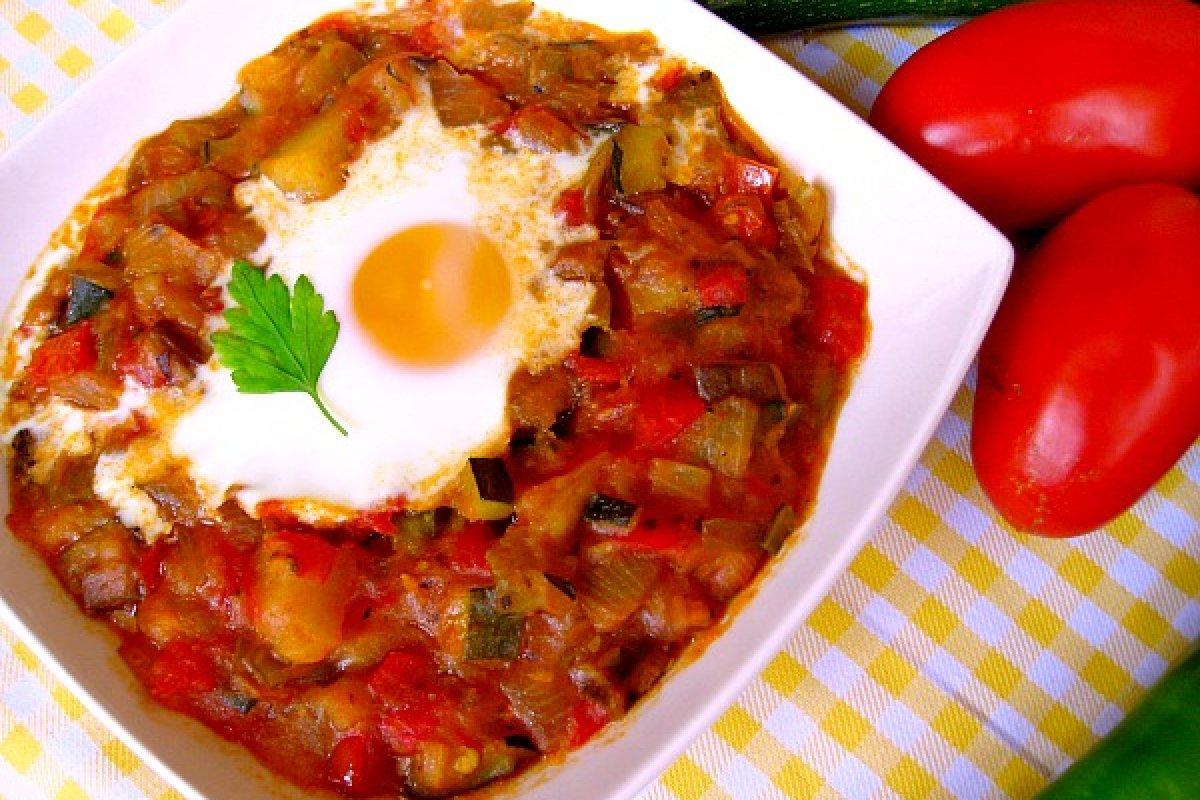 Almoronía, alboronía o pisto de verduras, con patatas y huevo gratinado