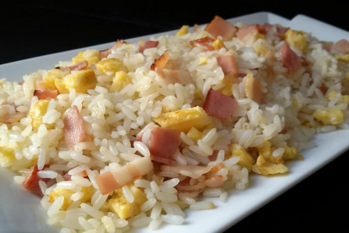 Arroz frito con bacon y tortilla