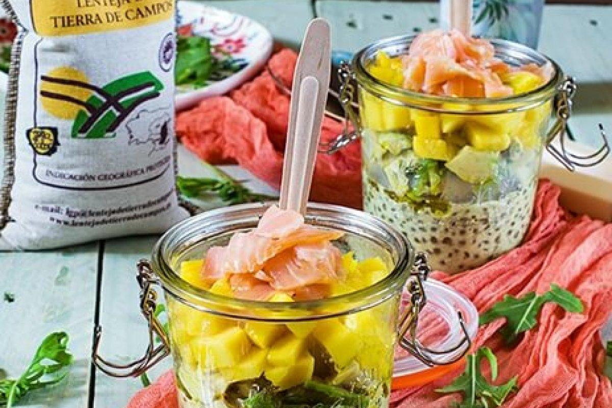 Ensalada de lentejas al curry con aguacate, mango y salmón