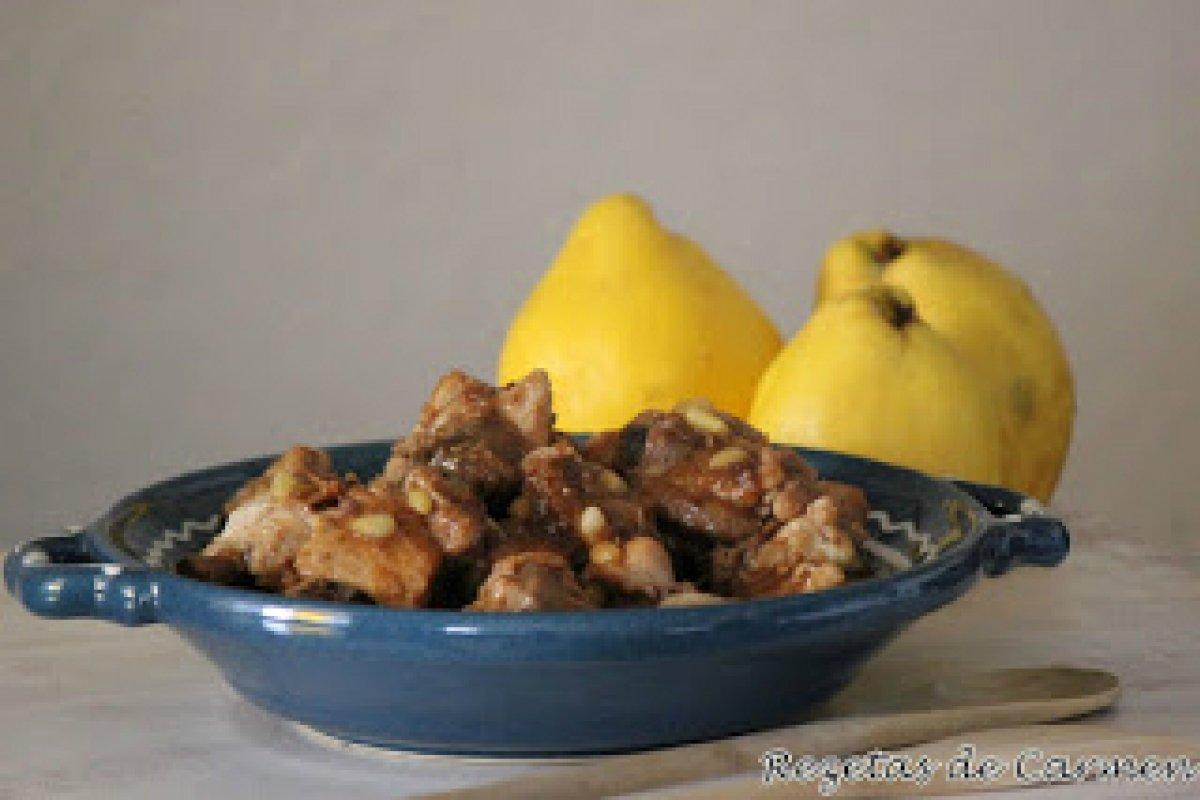 Pollo con salsa de membrillo y piñones
