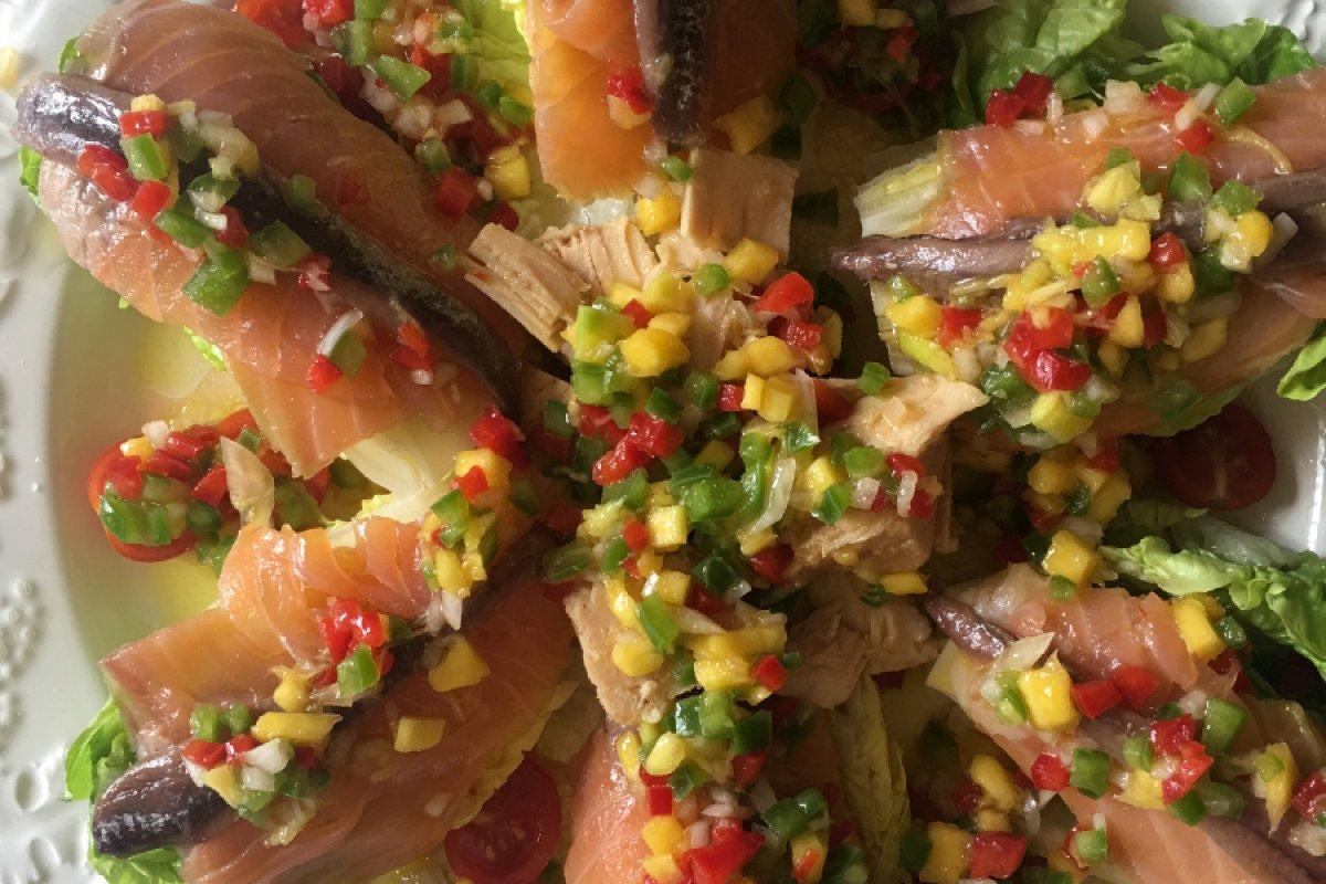 Ensalada de cogollos con salmón