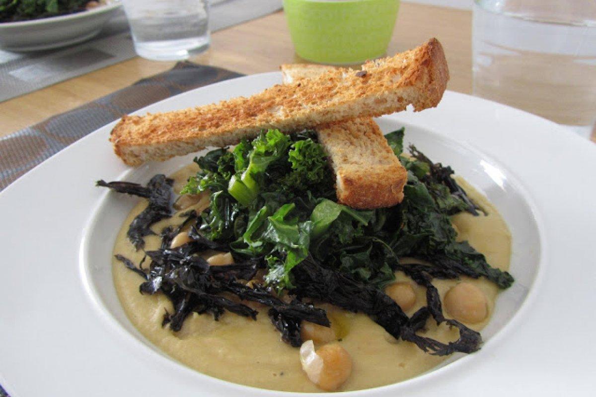 Crema de garbanzos con kale y algas