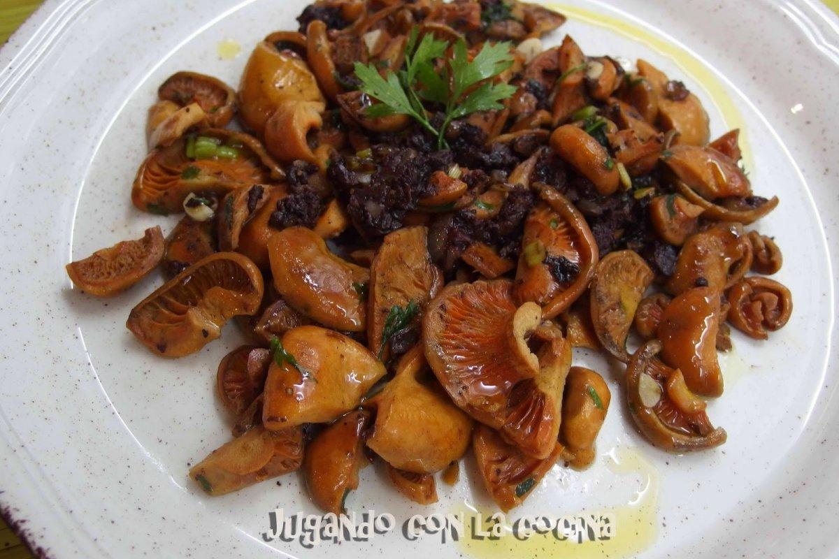 Salteado de rovellons con botifarra negra (niscalos-setas)