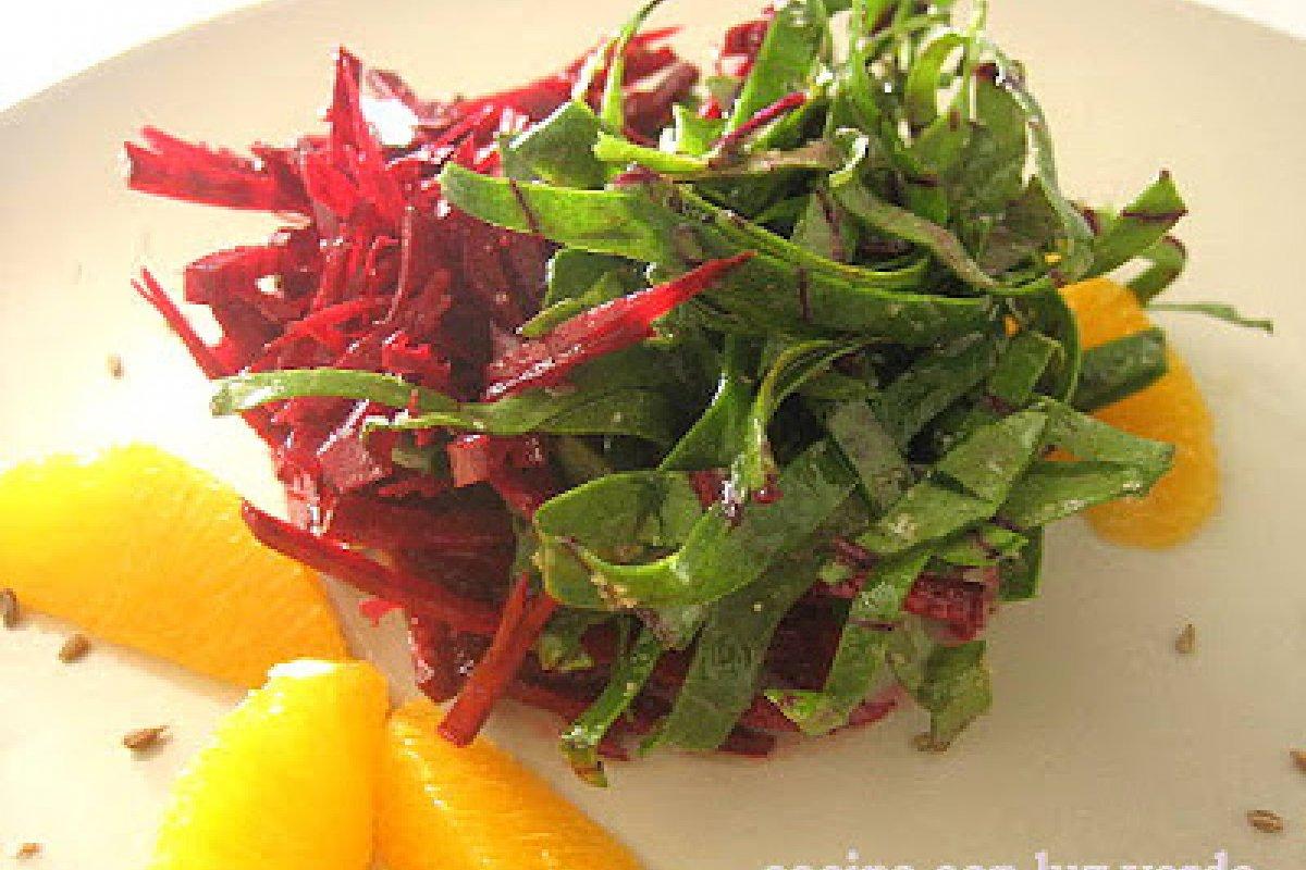 Ensalada de remolacha cruda con sus hojas y un aliño diferente