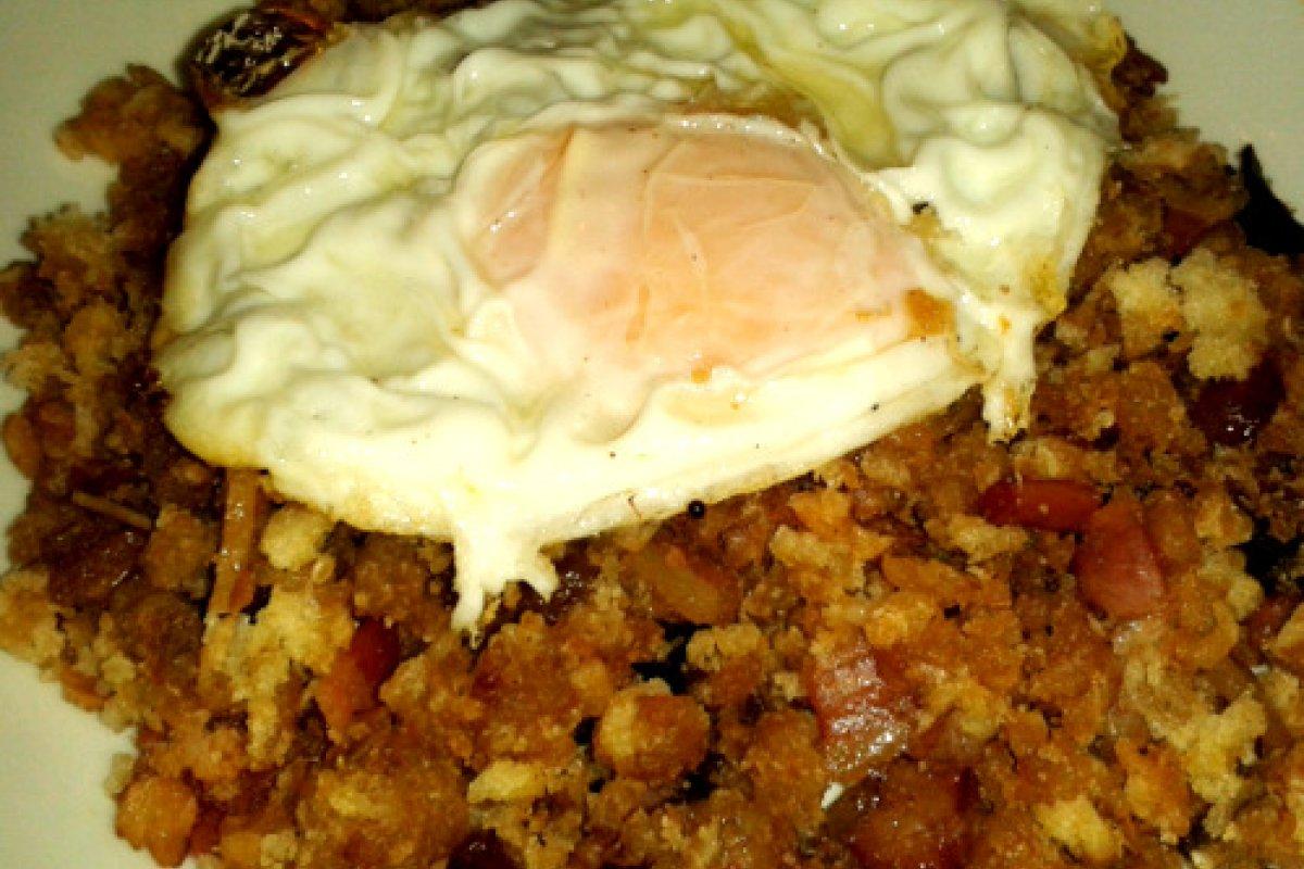 Migas con jamon serrano, beicon, pasas y huevos fritos