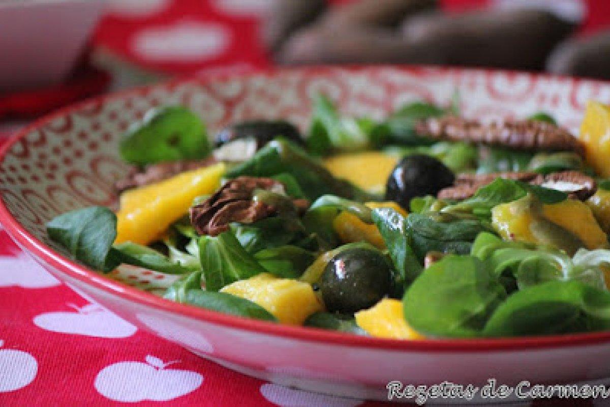 Ensalada de canónigos, mango y nueces