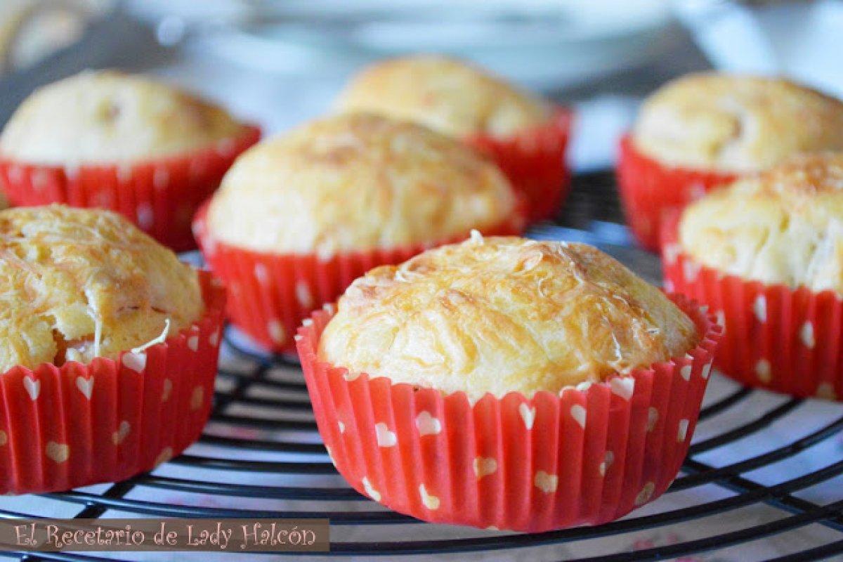 Muffins salados de jamón de york, queso y dátiles