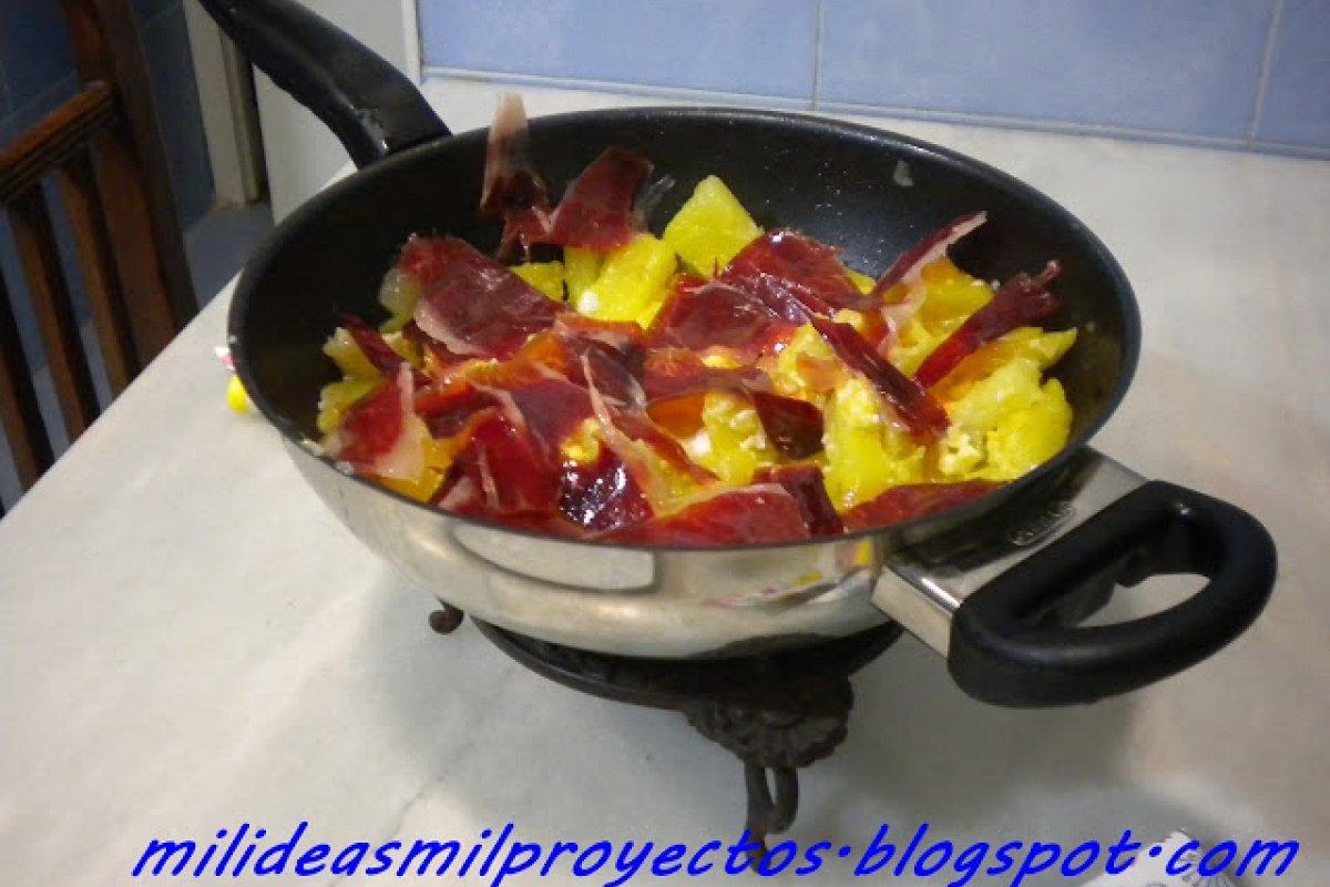 Huevos rotos o estrellados con jamón iberico de bellota
