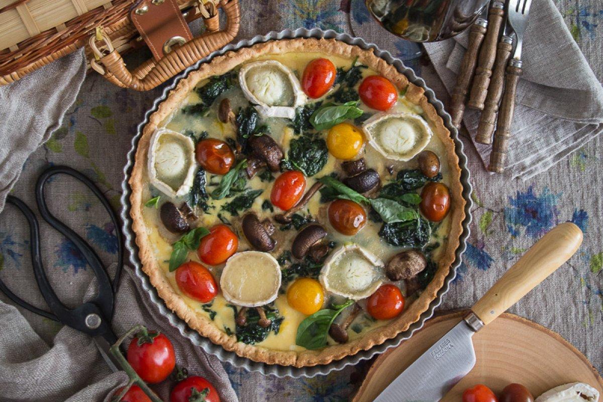 Quiche de espinacas, setas, queso de cabra y tomates