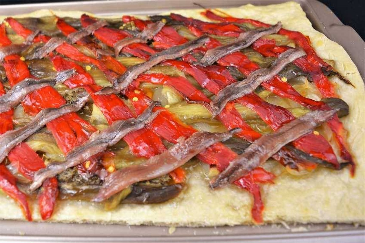 Coca de escalivada con anchoas