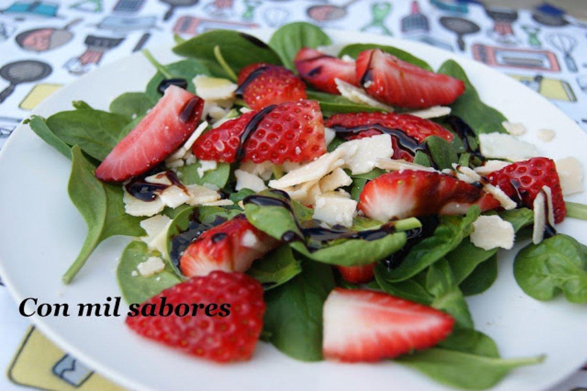 Ensalada de fresas, espinacas y grana padano