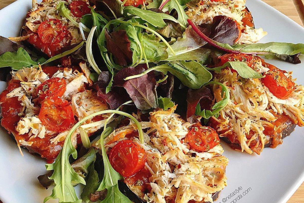 Berenjenas al horno con tomate y pollo desmechado