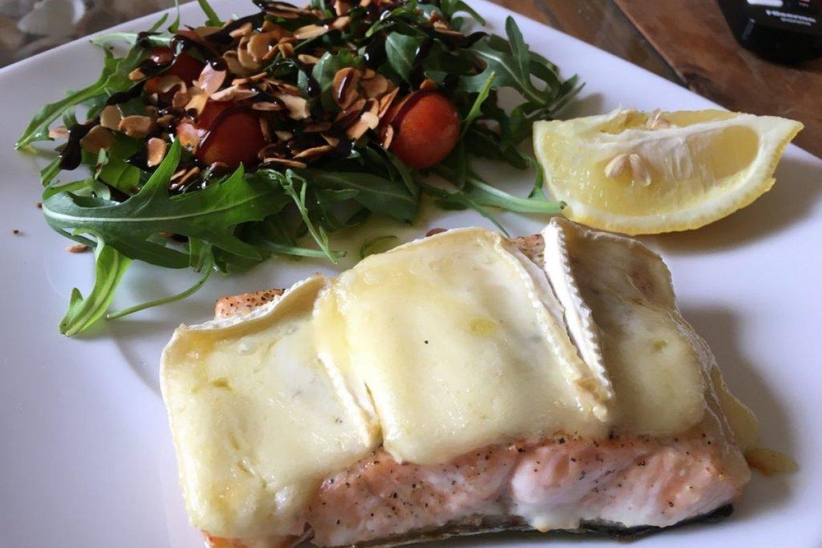 Salmón al horno con queso brie gratinado