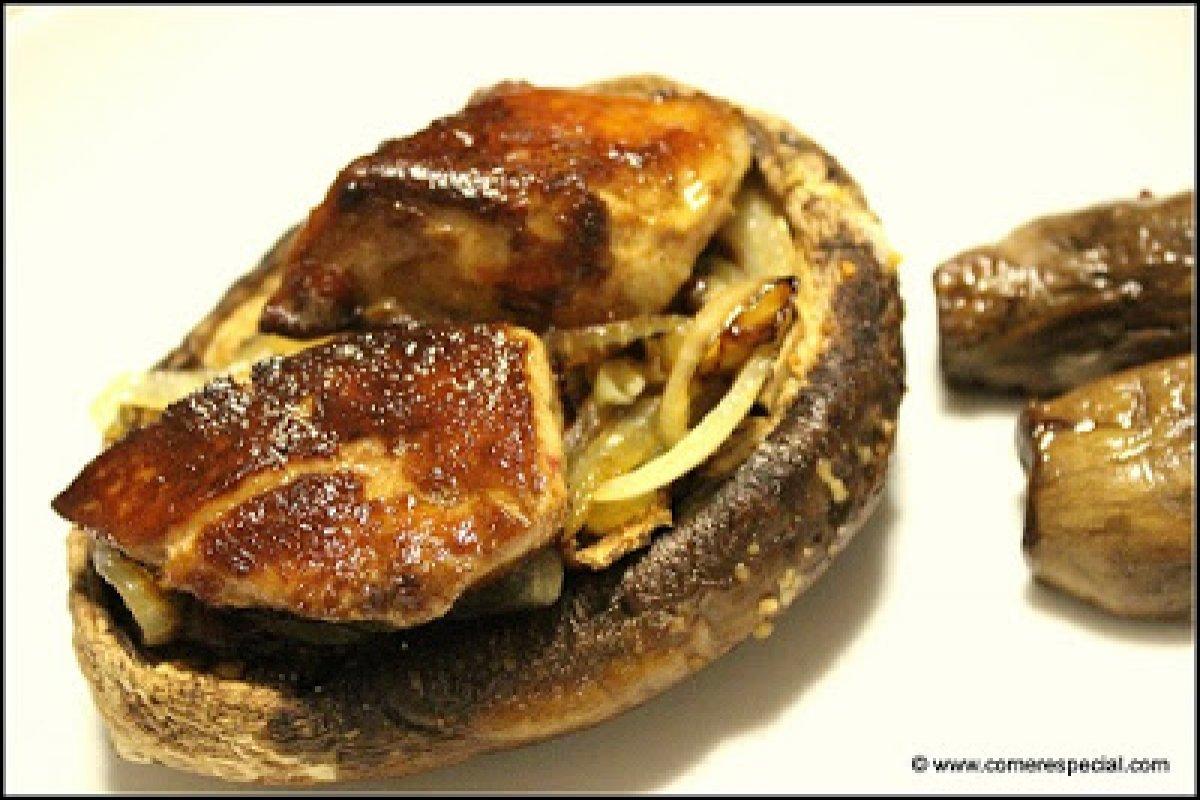 Champiñones portobelo al horno con foie y cebolla caramelizada