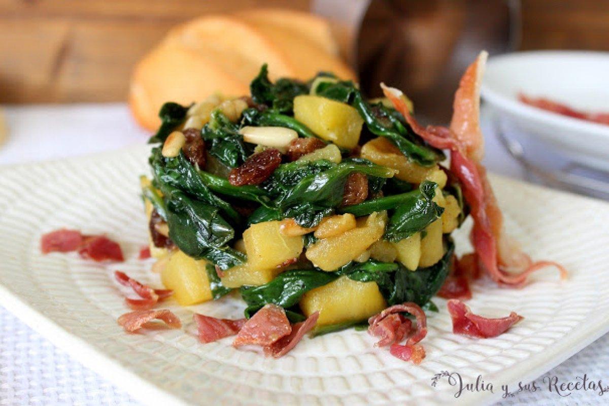 Espinacas salteadas con manzana, piñones y pasas