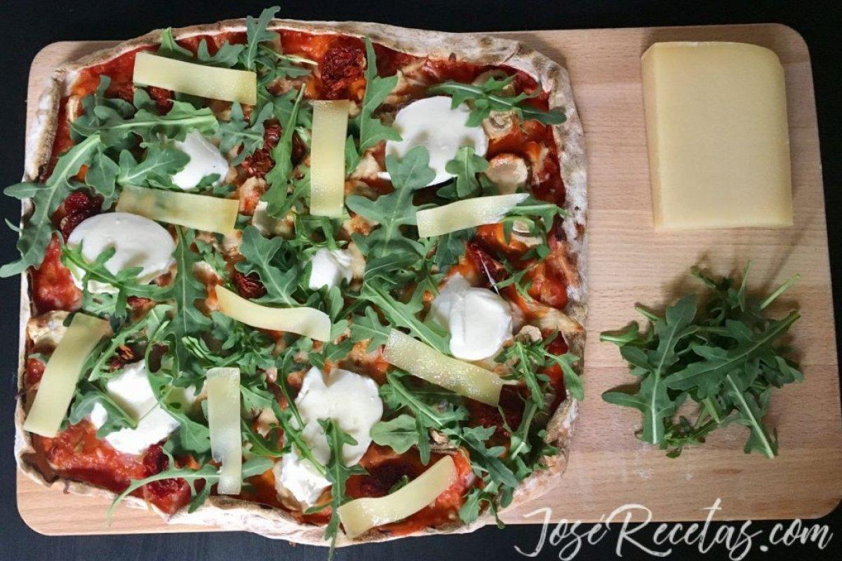 Pizza vegetariana casera con mozzarella