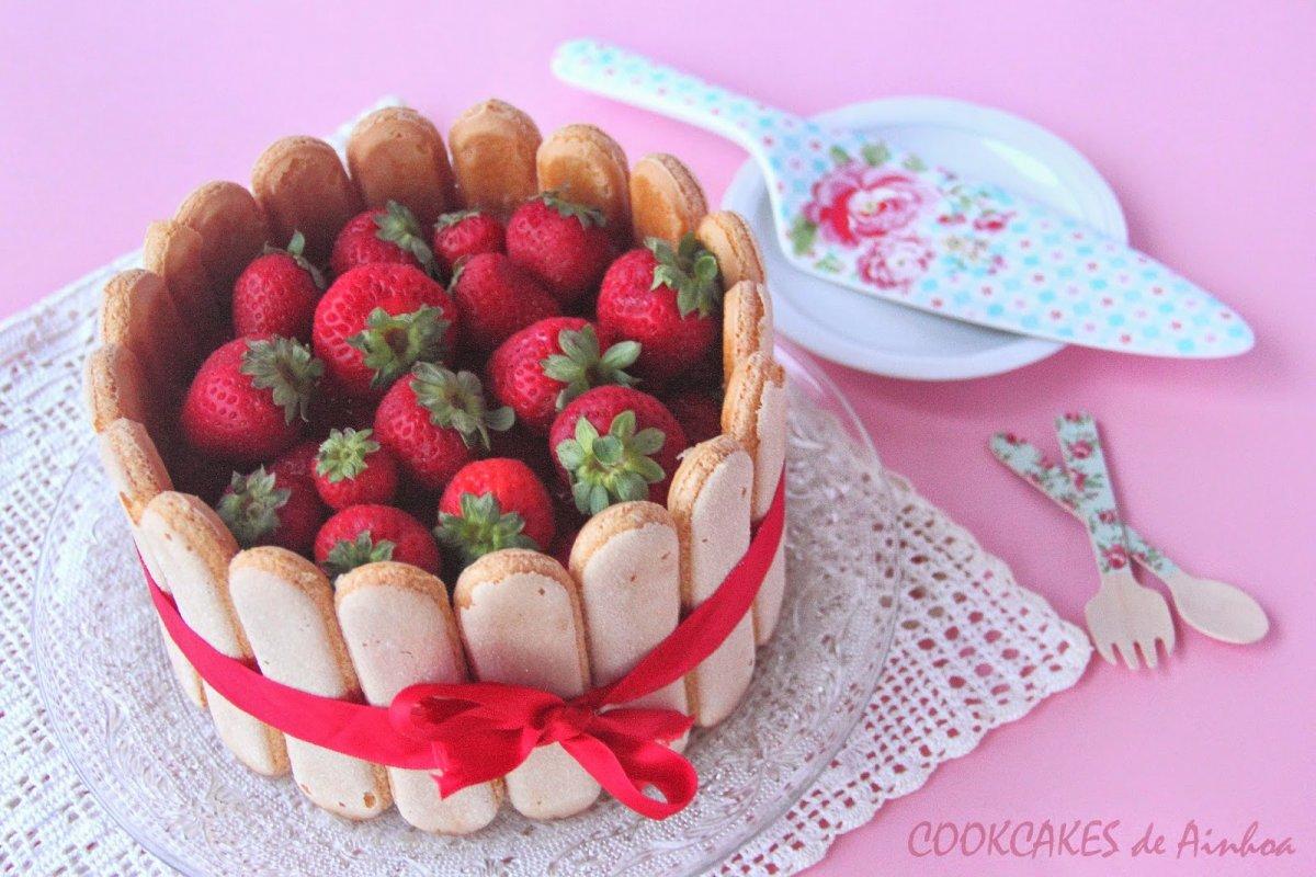 Charlotte de frambuesa, chocolate blanco y fresa